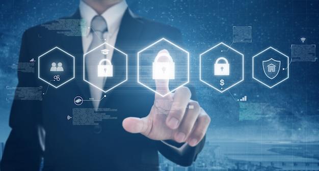 L'uomo d'affari attiva la rete digitale e il sistema di sicurezza dei dati online