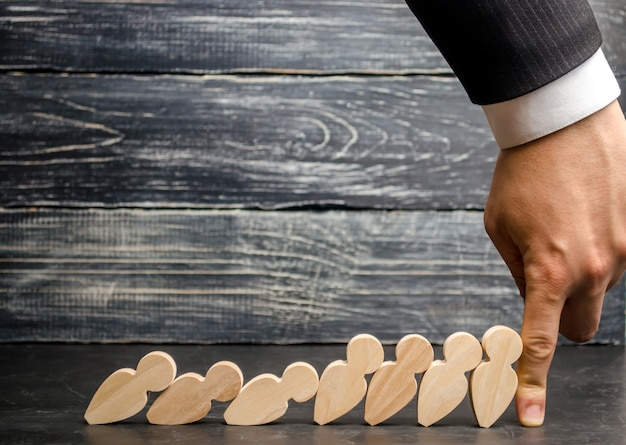 L'uomo d'affari capo smette di domino che cade. capo forte e affidabile. difficoltà negli affari