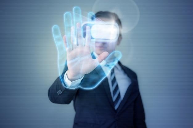 L'uomo d'affari che indossa l'auricolare per occhiali vr virtual reality raggiunge la sua mano per usare l'autenticazione delle impronte digitali