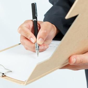 L'uomo d'affari che lavora con i documenti firma il contratto.