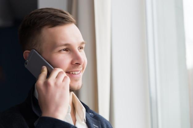 L'uomo d'affari che parla al telefono