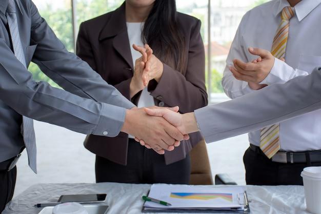 L'uomo d'affari che stringe le mani sopra una trattativa di affare a successo
