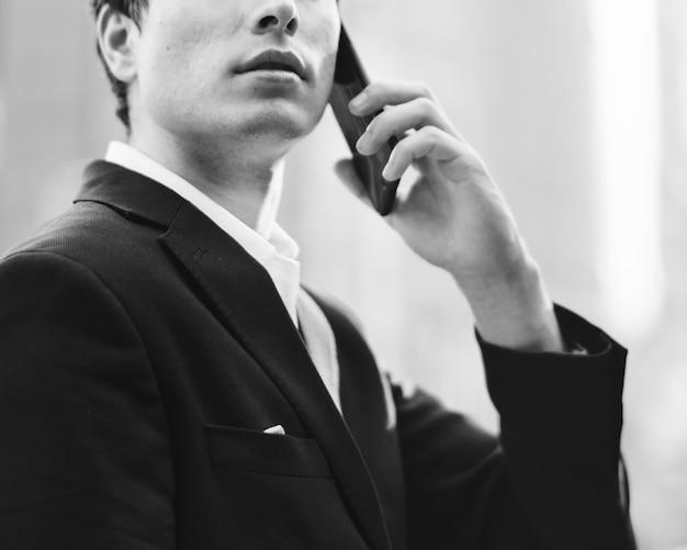 L'uomo d'affari comunica sul telefono
