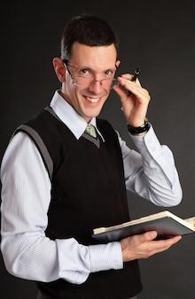L'uomo d'affari con il registro giornaliero