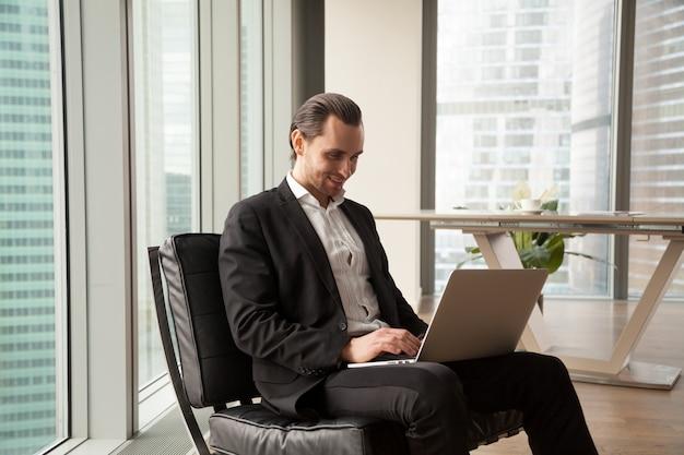 L'uomo d'affari controlla gli indicatori finanziari online