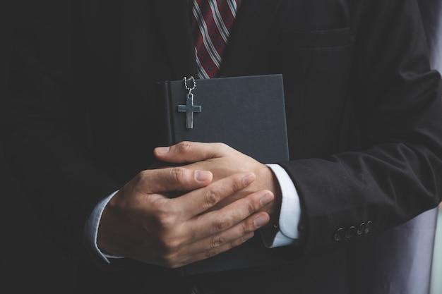 L'uomo d'affari cristiano prega in ufficio