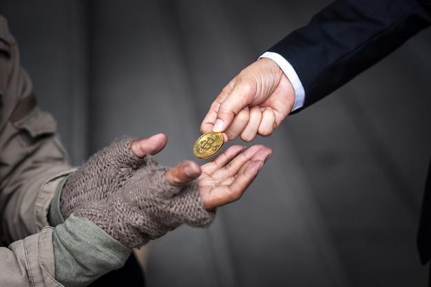 L'uomo d'affari dà il suo oro bitcoin a un senzatetto