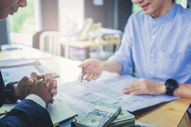 L'uomo d'affari di finanza di affari di prestito spiega la relazione di attività dall'analisi dei dati o dall'introduzione sul mercato bancario