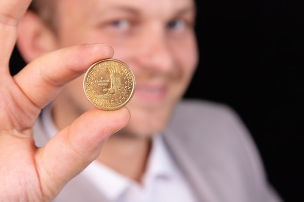 L'uomo d'affari di una banca offre un prestito di denaro in dollari usa.