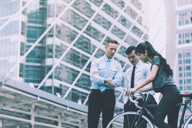 L'uomo d'affari è la direzione principale per una donna sportiva in bicicletta