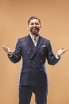 L'uomo d'affari felice in piedi e sorridente.