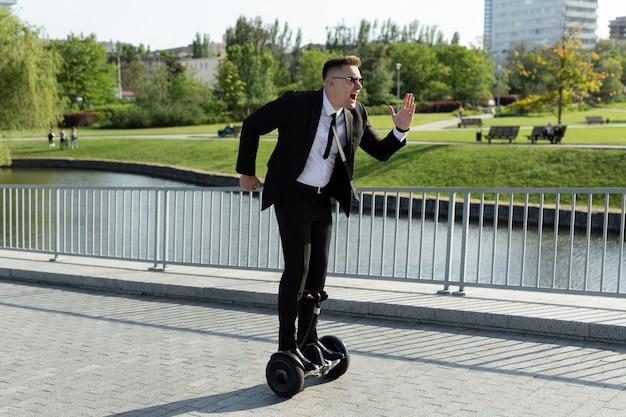 L'uomo d'affari guida un giroscopio