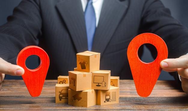 L'uomo d'affari indica i punti del percorso di approvvigionamento e consegna delle merci. distribuzione