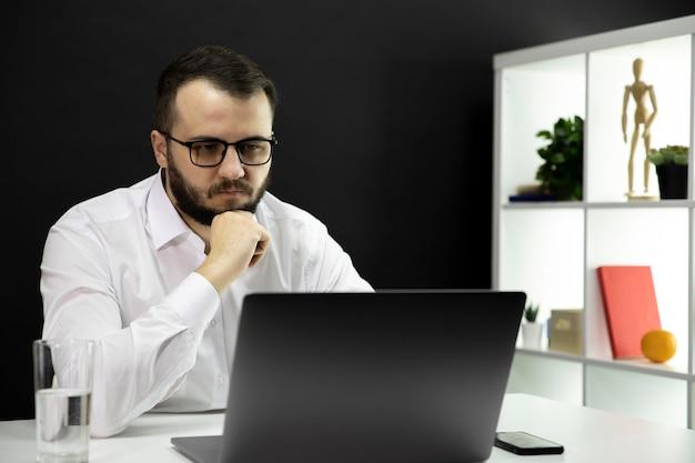 L'uomo d'affari indipendente comunica con clienti e partner, lavoro a distanza
