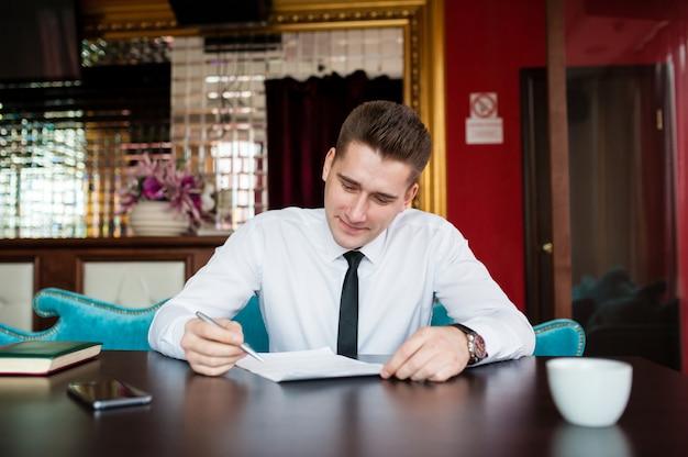 L'uomo d'affari lavora con i documenti