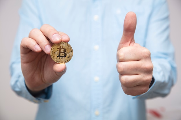 L'uomo d'affari offre bitcoin nella mano
