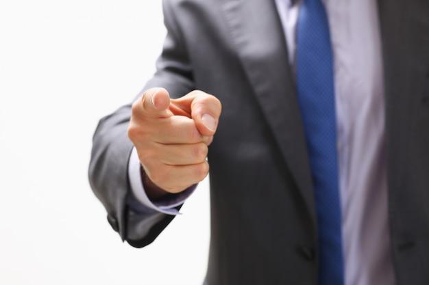 L'uomo d'affari punta un dito su qualcuno che guarda una foto