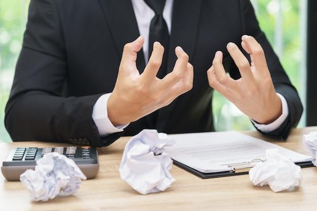 L'uomo d'affari sollecitato o arrabbiato fa un errore con carta masticata