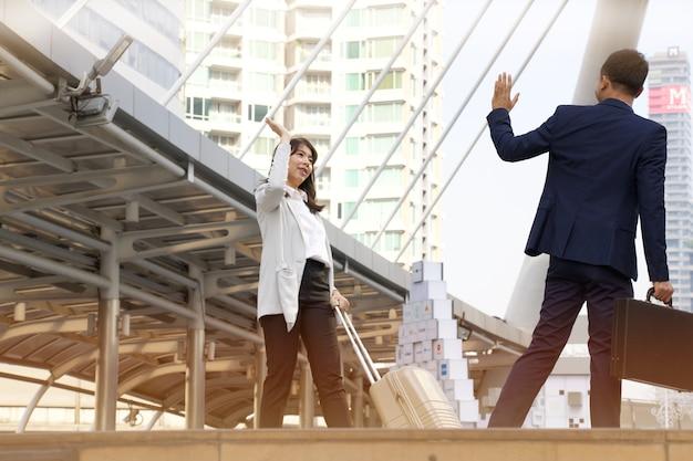 L'uomo d'affari sta accogliendo la donna di affari al terminale