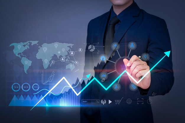 L'uomo d'affari sta disegnando il grafico della crescita finanziaria e sta analizzando i dati aziendali, il business plan e il concetto di strategia.