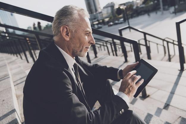 L'uomo d'affari sta usando un tablet pc