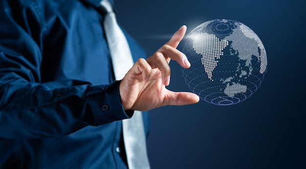 L'uomo d'affari tocca la mappa di mondo digitale moderna 3d