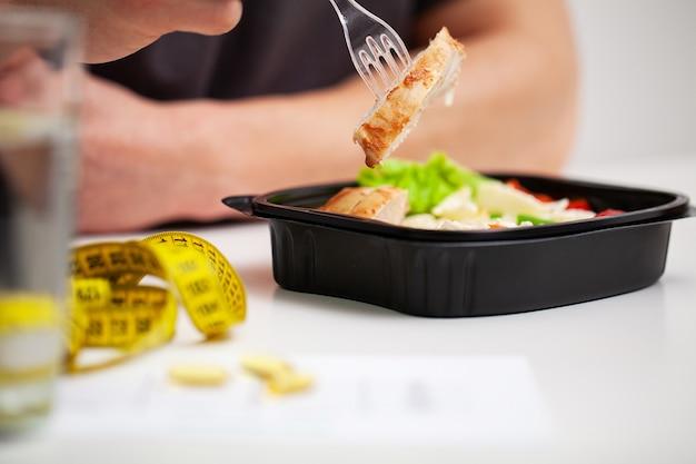 L'uomo detiene alimenti ad alto contenuto proteico per una corretta alimentazione