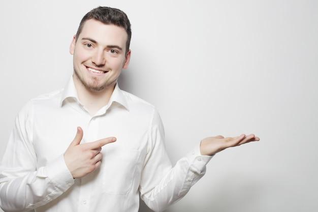L'uomo di affari indica con le dita nella parte di destra