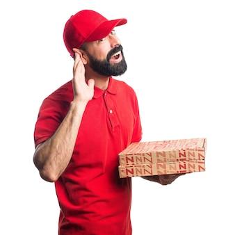 L'uomo di consegna della pizza ascolta qualcosa
