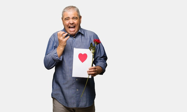 L'uomo di mezza età festeggia il giorno di san valentino molto spaventato e spaventato