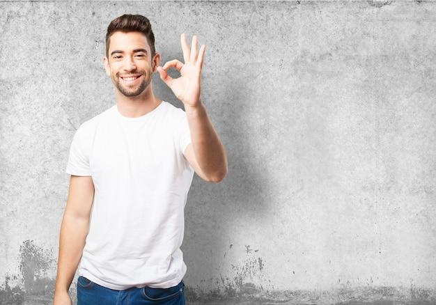 L'uomo dicendo ok con la sua mano