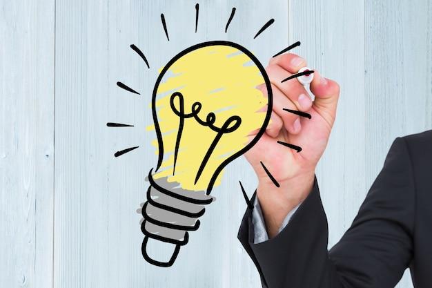 L'uomo disegnando una lampadina