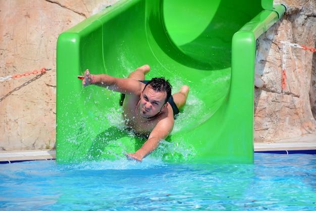 L'uomo divertirsi nel parco acquatico