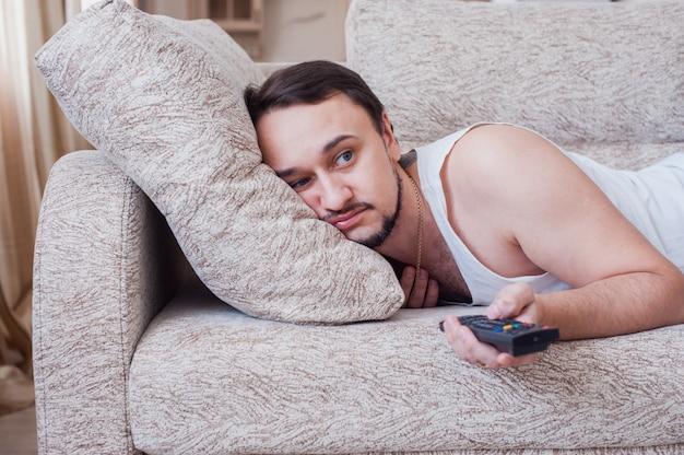 L'uomo dorme sul divano