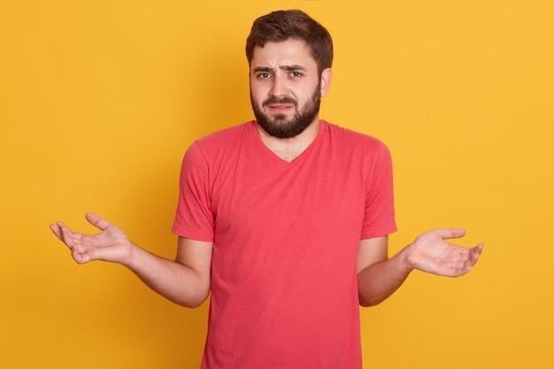 L'uomo dubbioso maschio incerto tiene le mani da parte sui dubbi sull'affare, prende una decisione o una scelta, non sa cosa scegliere