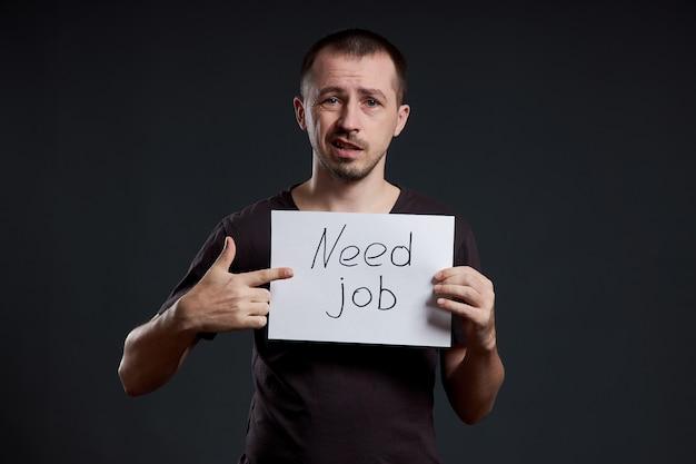 L'uomo è alla ricerca di lavoro, disoccupazione e crisi. emozioni diverse sul viso, un segno nelle mani