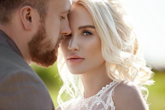 L'uomo e la donna amano e abbracciano, coppia innamorata