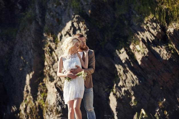 L'uomo e la donna amano e abbracciano, relazione e amore