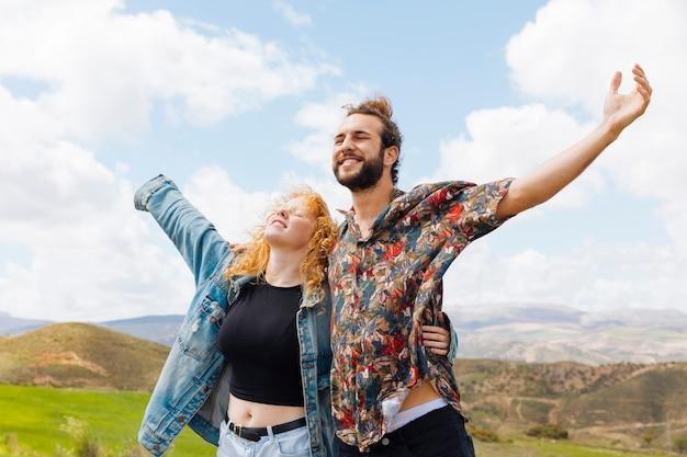 L'uomo e la donna aprono le braccia alla libertà