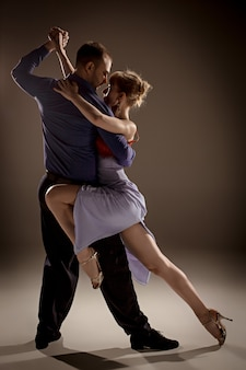 L'uomo e la donna che ballano il tango argentino