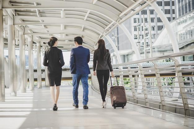 L'uomo e la donna d'affari stanno andando in viaggio d'affari.
