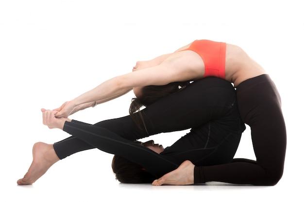 L'uomo e la donna facendo esercizi di yoga
