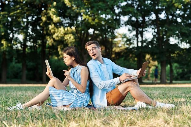 L'uomo e la donna in natura nel parco camminano e parlano.