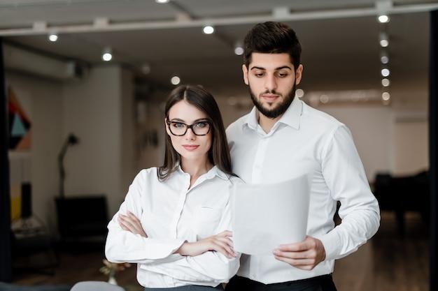 L'uomo e la donna lavorano in ufficio come una squadra