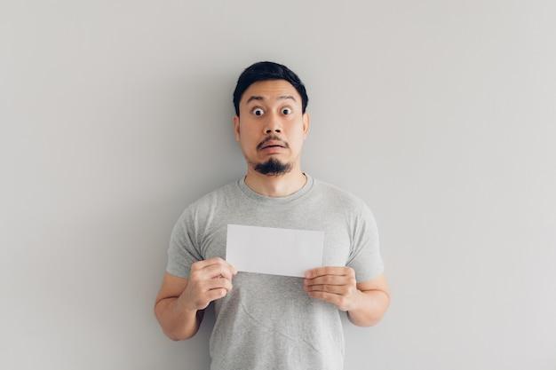L'uomo è scioccato e sorpreso dal messaggio di posta elettronica o dal conto.