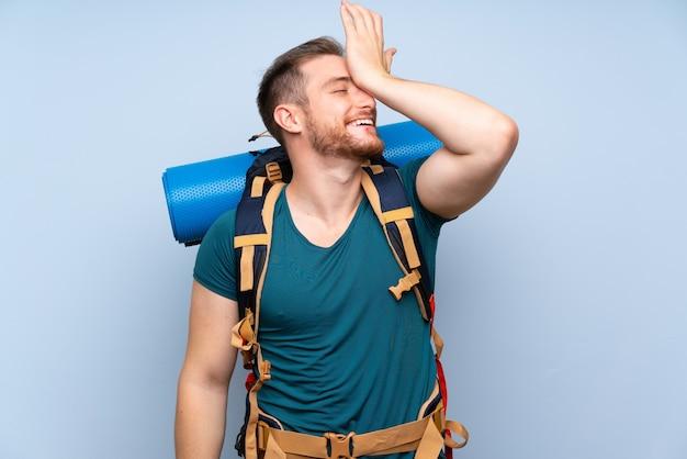 L'uomo escursionista sulla parete blu ha realizzato qualcosa e intendendo la soluzione