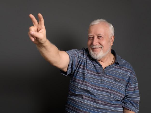 L'uomo fa il gesto numero due