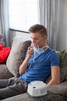 L'uomo fa il trattamento per inalazione a casa. quarantena
