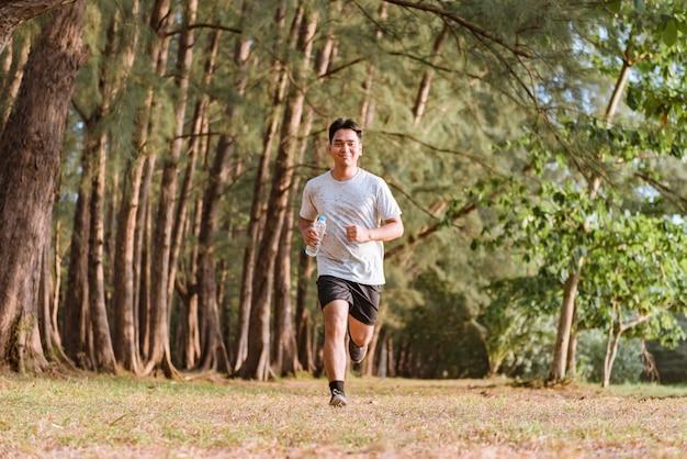 L'uomo fa jogging e fa allenamento all'aperto nel parco