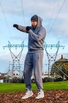L'uomo fa sport all'aria aperta, l'allenamento all'aperto, lo sport è salute